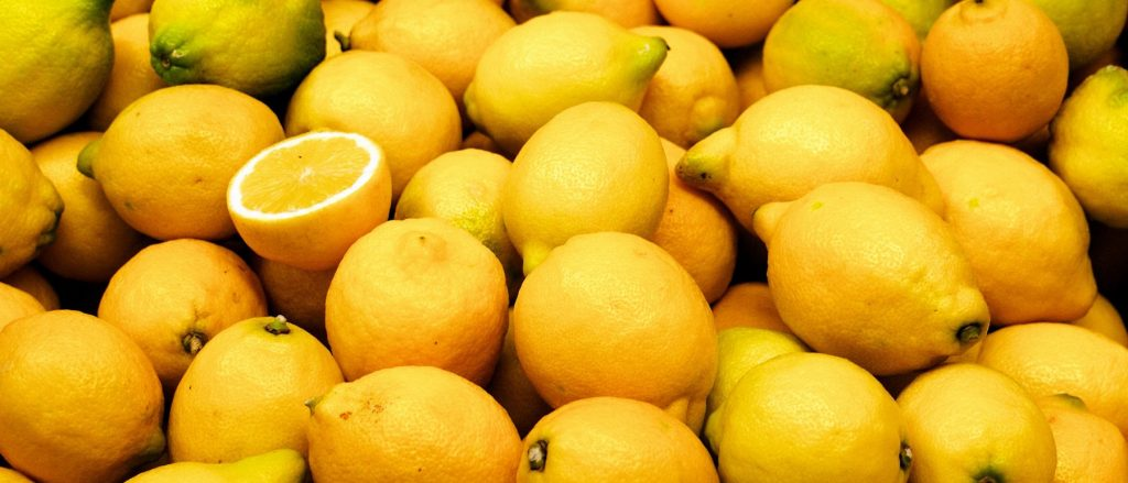 A large pile of lemons