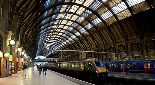 512px-Kings_Cross_Station_Platforms,_London_-_Sept_2007