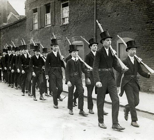 656px-Eerste_Wereldoorlog,_oefening_Eton_College_(3018263235)