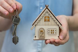 key-hold-hand-holding-banking-mortgage-business-property-loan-investment-concept-buy-construction_t20_roRBrZ
