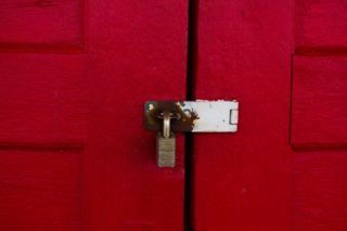 red-door-with-paddle-lock_t20_lWk0Wg